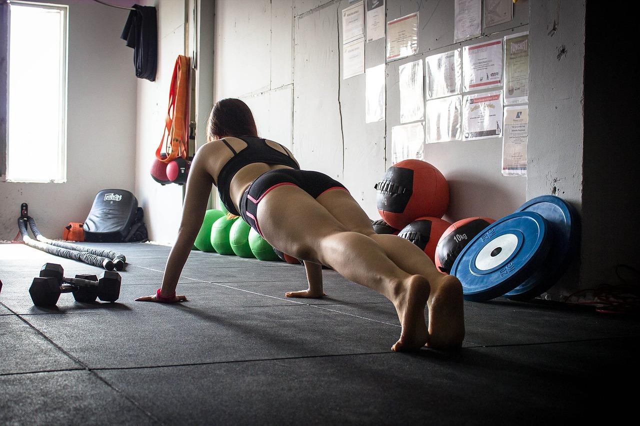 女性が運動している画像