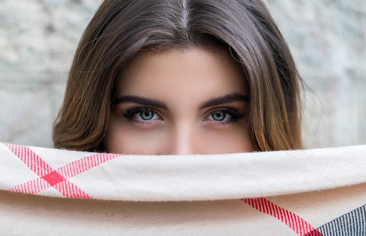 眉毛がきれいな女性の画像